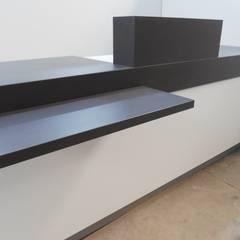 fabrication comptoirs: Centres commerciaux de style  par DECO MEUBLE SARL