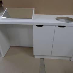 fabrication mobilier espaces commerciaux, cliniques, bureaux, boulangeries, laboratoires, magasins: Espaces commerciaux de style  par DECO MEUBLE SARL