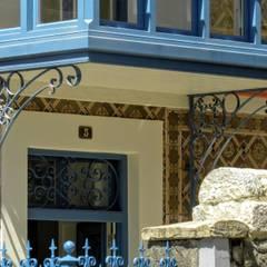 Puertas corredizas de estilo  por HIGUERA ARQUITECTOS