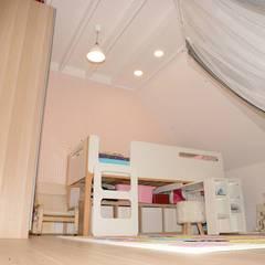 Rénovation d'une chambre d'enfant: Chambre d'enfant de style de style Moderne par KOKOUNA
