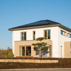 Außenansicht verputzter Erker mit bodentiefen Fenstern:  Fertighaus von FingerHaus GmbH
