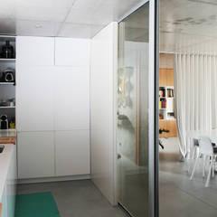 casa coli - interiores: Armários de cozinha  por Qiarq . arquitectura+design