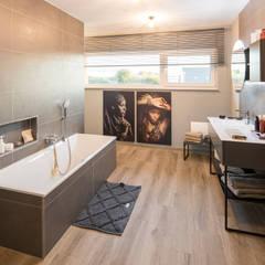 MEDLEY 300 B - Stadtvillenarchitektur weiter gedacht:  Badezimmer von FingerHaus GmbH - Bauunternehmen in Frankenberg (Eder)
