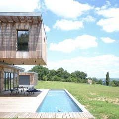Maison en bois et béton esprit Loft: Piscines privées de style  par Créateurs d'interieur