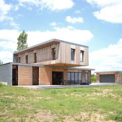 Maison en bois et béton esprit Loft: Maisons de campagne de style  par Créateurs d'interieur