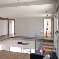 Maison en bois et béton esprit Loft: Couloir et hall d'entrée de style  par Créateurs d'interieur