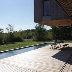 Maison en bois et béton esprit Loft: Terrasse de style  par Créateurs d'interieur