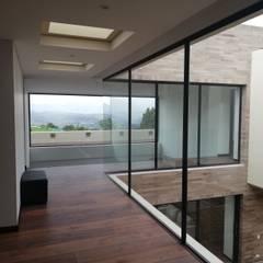 PASILLO: Pasillos y vestíbulos de estilo  por IngeniARQ Arquitectura + Ingeniería