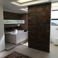 CASA CAÑIZARES: Baños de estilo  por IngeniARQ Arquitectura + Ingeniería