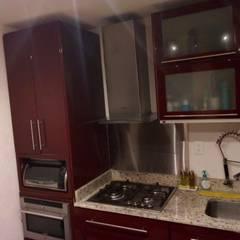 fabricación de cocinas, baños, closets para departamentos: Cocinas de estilo  por CRAT