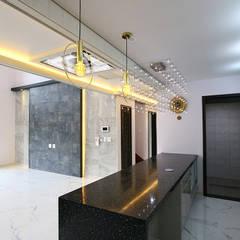 특색 있는 디자인 목조주택(충청남도 천안시): 더존하우징의  빌트인 주방