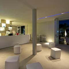 Movida Beach, seaside structure: Bar & Club in stile  di Sammarro Architecture Studio