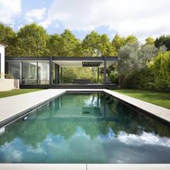 Buitenzwembad door Brengues Le Pavec architectes
