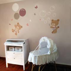 Amici orsi colorati: Cameretta in stile  di Baby Interior Design