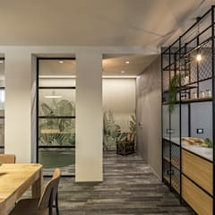 غرفة المعيشة تنفيذ Flussocreativo Design Studio , صناعي