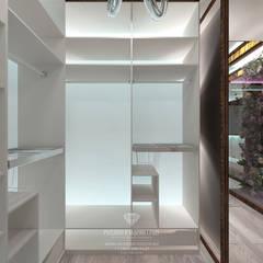 Дизайн спальни с гардеробной и ванной комнатой: Гардеробные в . Автор – Студия дизайна интерьера Руслана и Марии Грин