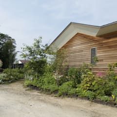 アプローチの庭: 株式会社高野設計工房が手掛けた庭です。