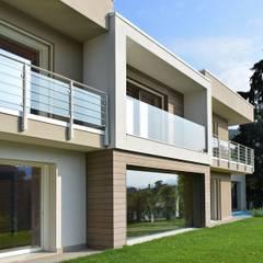 Villa in legno moderna a Sarnico (Bergamo): Casa di legno in stile  di Marlegno