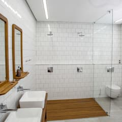 House Amor :  Bathroom by AB DESIGN