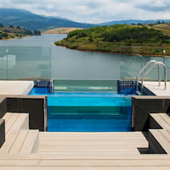 Pool and entertainment deck:  Houses by AB DESIGN