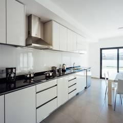 Almeida Garrett: Cozinhas  por Presprop - Portugal Construction