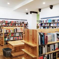 Libreria a Milano: Negozi & Locali commerciali in stile  di AfterArch