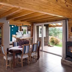 Casa Construida con Troncos de Madera - Patagonia Log Homes: Comedores de estilo  por Patagonia Log Homes - Arquitectos - Neuquén