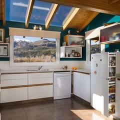 Casa Construida con Troncos de Madera - Patagonia Log Homes: Cocinas a medida  de estilo  por Patagonia Log Homes