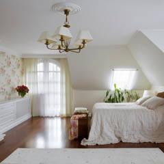 Klasyka pod Warszawą: styl , w kategorii Sypialnia zaprojektowany przez Pracownia Projektowa Poco Design