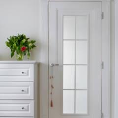 Klasyka pod Warszawą: styl , w kategorii Drzwi wewnętrzne zaprojektowany przez Pracownia Projektowa Poco Design