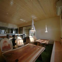 Locales gastronómicos de estilo  por 株式会社高野設計工房