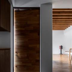 井の頭О邸: 遠藤誠建築設計事務所(MAKOTO ENDO ARCHITECTS)が手掛けた廊下 & 玄関です。
