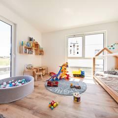 Neubau eines Einfamilienhauses:  Kinderzimmer von STRICK  Architekten + Ingenieure