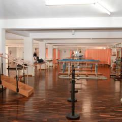 Architettura Sociale Centro Sperimentale Fondazione Turati: Sala multimediale in stile  di Morelli & Ruggeri Architetti