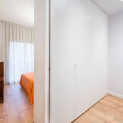 Vestidor en dormitorio principal | Sincro: Vestidores de estilo  de Sincro