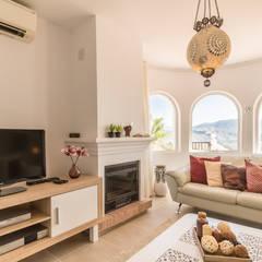 Salas / recibidores de estilo mediterraneo por Home & Haus | Home Staging & Fotografía