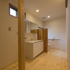 和室越しに庭を楽しむリビングがある和モダンリノベーション/煙草: 森村厚建築設計事務所が手掛けた浴室です。