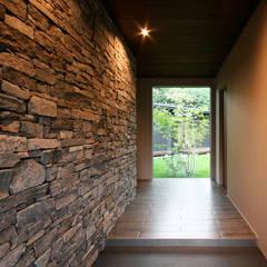 الممر والمدخل تنفيذ Studio tanpopo-gumi 一級建築士事務所 , حداثي حجر