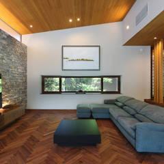 森と暮らす家  -週末住宅-: Studio tanpopo-gumi 一級建築士事務所が手掛けたリビングです。,モダン