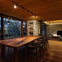 森と暮らす家  -週末住宅-: Studio tanpopo-gumi 一級建築士事務所が手掛けたリビングです。