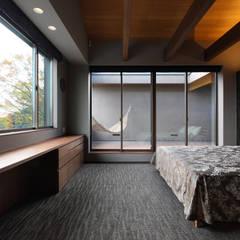 森と暮らす家  -週末住宅-: Studio tanpopo-gumi 一級建築士事務所が手掛けた寝室です。
