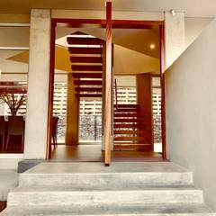 Lomas Altas: Puertas de madera de estilo  por RFoncerrada arquitectos