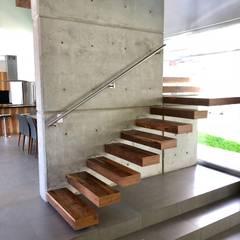 Escaleras de estilo  por RFoncerrada arquitectos, Minimalista Concreto