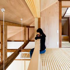 二重縁側の家: すずき/suzuki architects (一級建築士事務所すずき)が手掛けた書斎です。