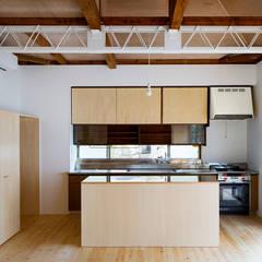 二重縁側の家: すずき/suzuki architects (一級建築士事務所すずき)が手掛けたキッチン収納です。
