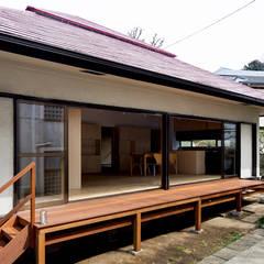 二重縁側の家: すずき/suzuki architects (一級建築士事務所すずき)が手掛けたテラス・ベランダです。,北欧 木 木目調