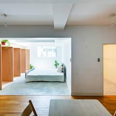 光の箱: すずき/suzuki architects (一級建築士事務所すずき)が手掛けた寝室です。