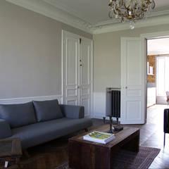 Rénovation style contemporain et rétro: Salon de style  par BuroBonus