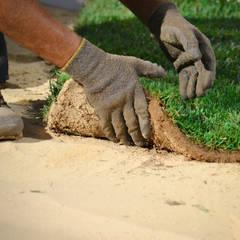 Colocação de Tapetes de Relva Natural: Jardins  por GRASS4YOU