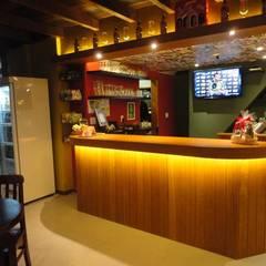 Bares y Clubs de estilo  por Maria Helena Torres Arquitetura e Design